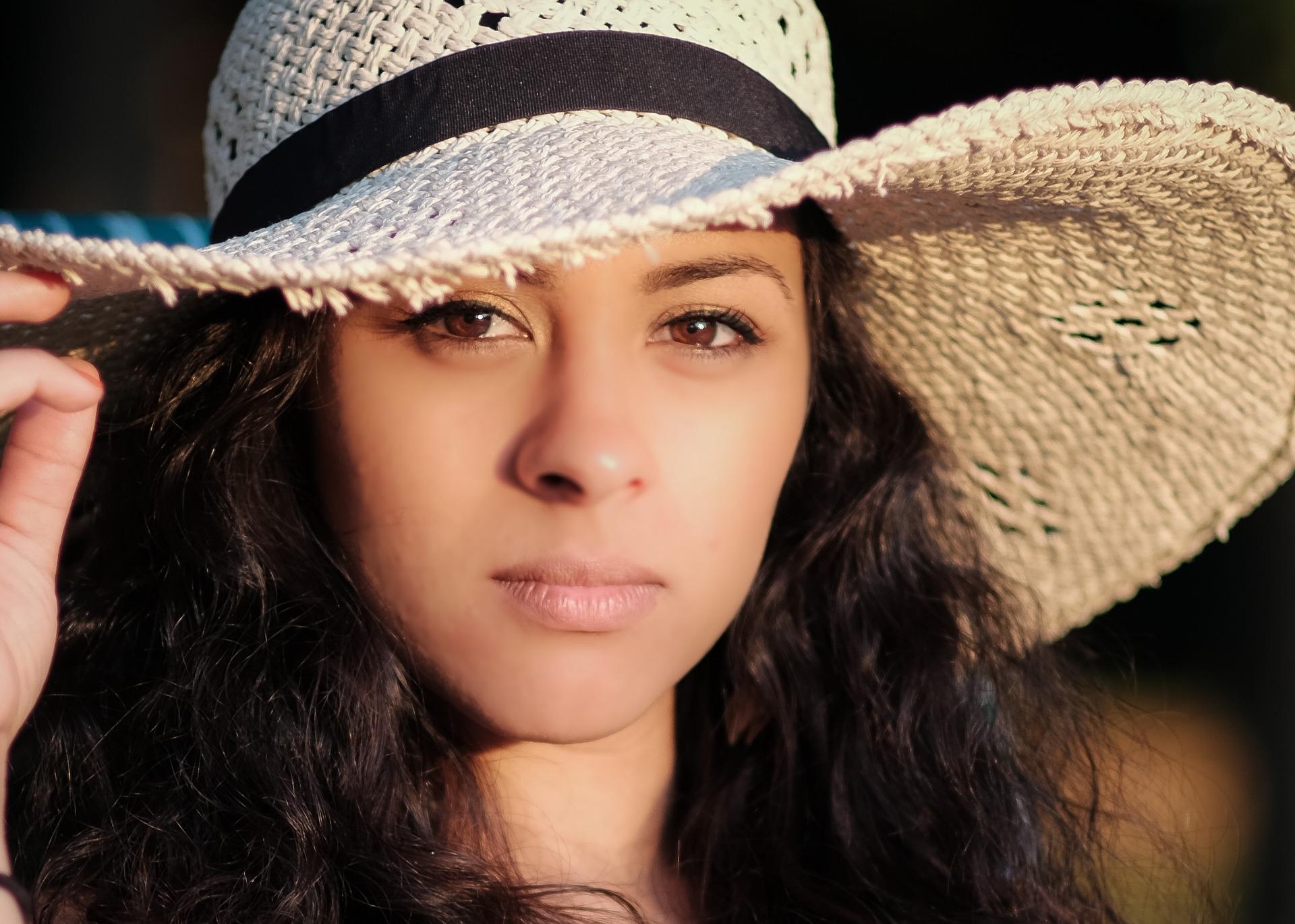 帽子のかぶり方で女子力がわかる!?